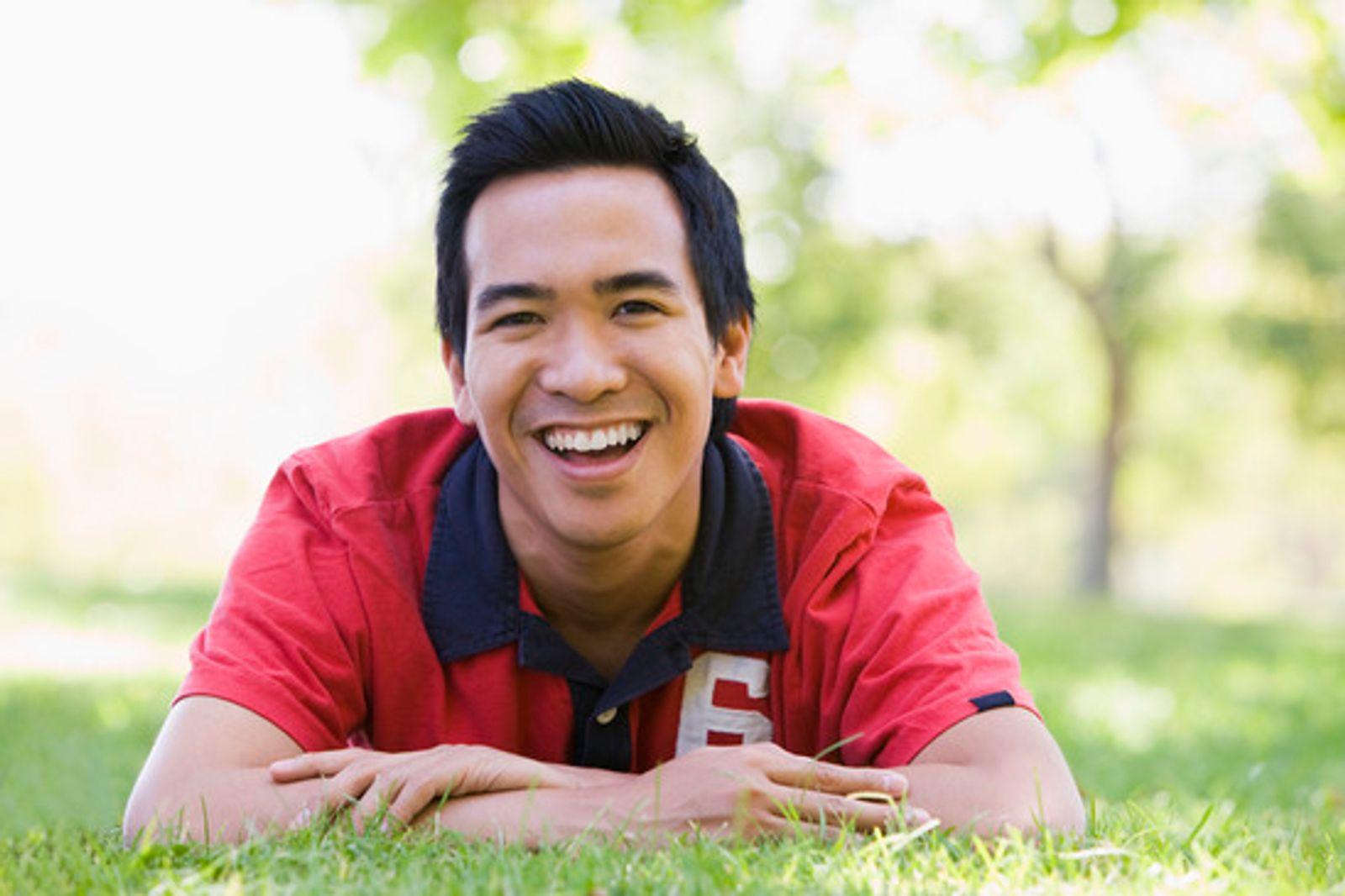 sourire confiant homme à l'extérieur